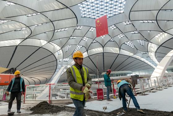 중국의 연간 성장률이 1990년 이래 최저치를 기록한 가운데, 20일 베이징 제2국제공항 건설 현장에서 인부들이 바닥 공사를 하고 있다. [로이터=연합뉴스]