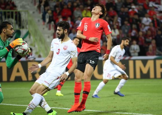 22일 오후(현지시간) 아랍에미리트 두바이 라시드 스타디움에서 열린 2019 아시아축구연맹(AFC) 아시안컵 한국과 바레인의 16강전에서 황의조가 공격 실패 후 아쉬워하고 있다. [연합뉴스]