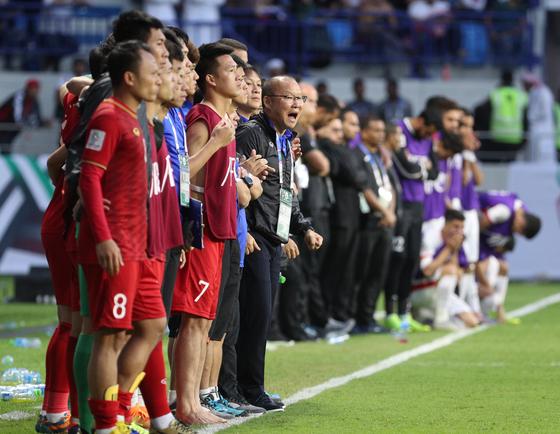 20일 베트남과 요르단의 아시안컵 16강전 승부차기에서 선수들을 독려하는 박항서 감독. [뉴스1]