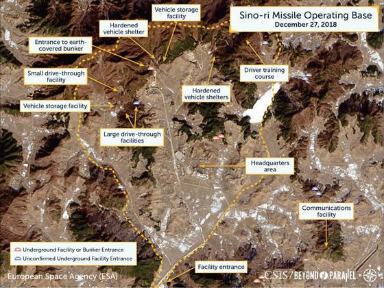 미국 싱트탱크인 전략국제연구소(CSIS) 산하 전문 포털 '장벽을 넘어서'가 2019년 1월21일 발표한 북한 신오리 미사일 기지의 위성사진. 가운데 본부 지역으로 표기된 부분에 조선인민군 전력군의 노동미사일 여단본부가 있는 것으로 추정되고 있다. [CSIS, '분단을 넘어']