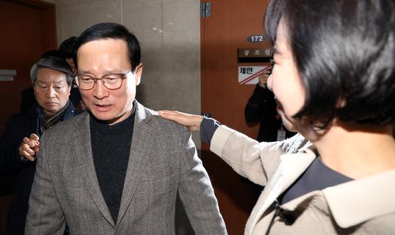 목포 부동산 투기 의혹을 받고 있는 더불어민주당 손혜원 의원이 20일 서울 여의도 국회 정론관에서 기자회견을 가진뒤 홍영표 원내대표의 어깨를 만지며 위로하고 있다. [뉴시스]