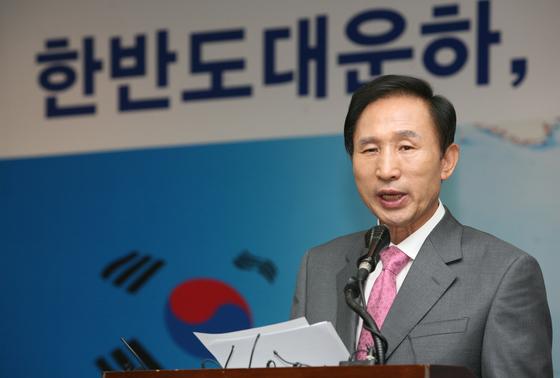 이명박 한나라당 대선 경선 후보가 2007년 6월 17일 오전 서울 대방동 서울여성플라자에서 한반도 대운하 설명회를 하고 있다.