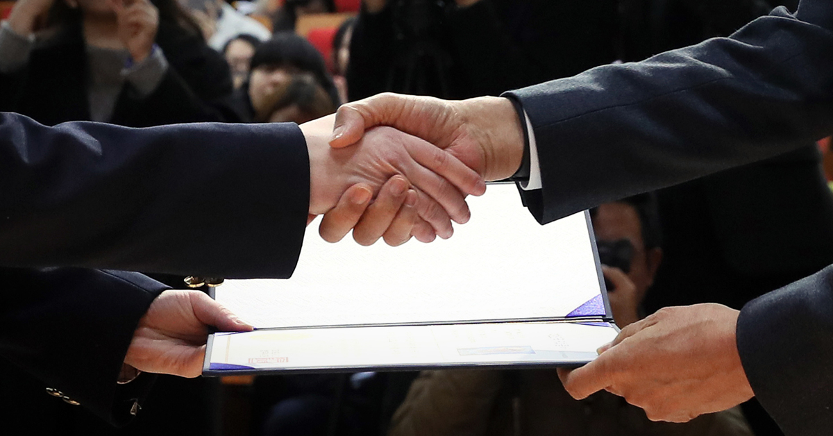 21일 오후 서울 용산구 국립한글박물관에서 열린 국적증서 수여식에서 한 귀화 허가자가 박상기 법무부 장관에게 증서를 받고 악수하고 있다. [연합뉴스]
