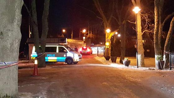 스웨덴 스톡홀름 외곽 산골에 있는 회담장의 입구를 무장경찰들이 지키고 있다. [스톡홀름=김성탁 특파원]