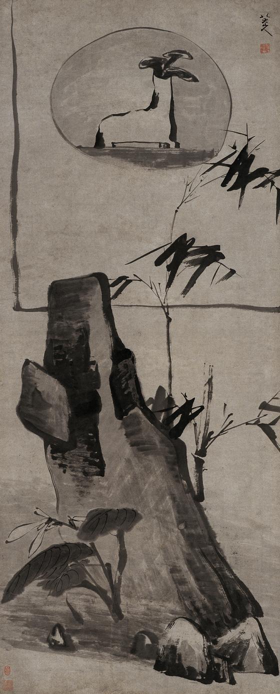 팔대산인이 60대에 그린 '대나무와 바위, 영지'(159x64㎝). 17세기 그림이라고 믿기지 않을 만큼 현대적인 구도에 강력한 필체가 돋보인다. [사진 예술의전당 서예박물관]