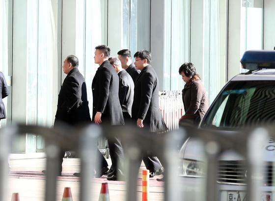 미국 워싱턴 방문을 마친 김영철 북한 노동당 부위원장이 21일 경유지인 베이징 공항을 통해 귀국길에 올랐다. [연합뉴스]