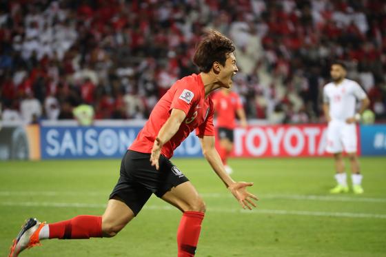 22일 오후(현지시간) 아랍에미리트 두바이 라시드 스타디움에서 열린 2019 아시아축구연맹(AFC) 아시안컵 한국과 바레인의 16강 연장전.    골을 성공시킨 김진수가 환호하고 있다.[연합뉴스]