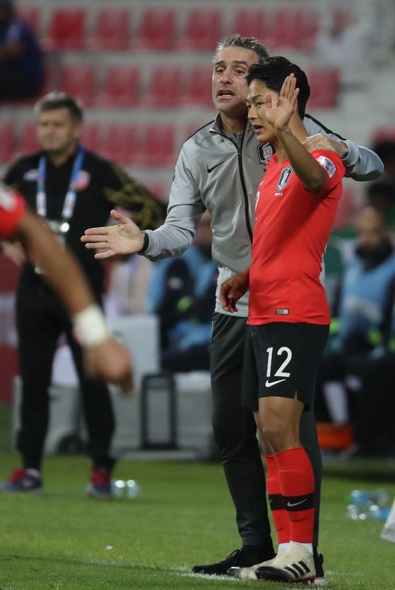 22일 오후(현지시간) 아랍에미리트 두바이 라시드 스타디움에서 열린 2019 아시아축구연맹(AFC) 아시안컵 한국과 바레인의 16강전. 후반 1-1 상황에서 벤투 감독이 이승우를 투입하고 있다. [연합뉴스]