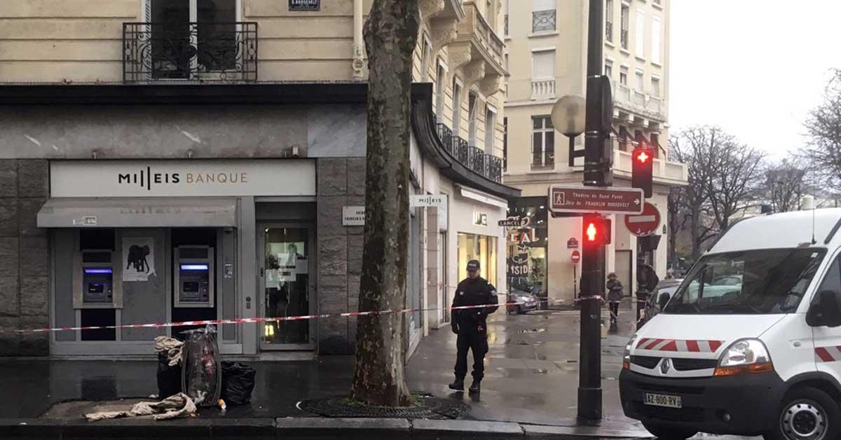 무장강도 사건 발생한 프랑스 파리 샹젤리제 거리의 은행. [AP=연합뉴스]