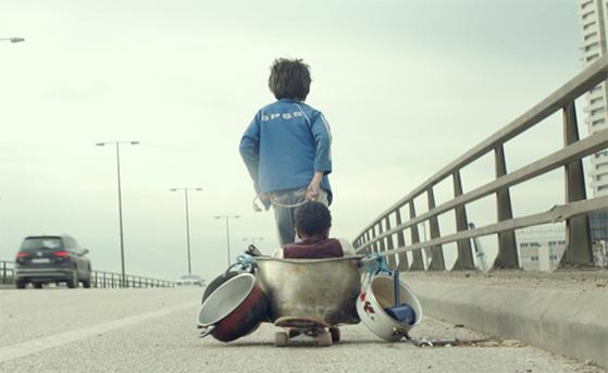 '가버나움'의 주인공인 빈민가 소년 자인과 젖먹이 요나스. 영화는 실제 난민 아이들을 캐스팅해 레바논 거리 난민들의 혹독한 현실을 그렸다. 지난해 칸영화제 등에서 호평받았다. [사진 그린나래미디어]