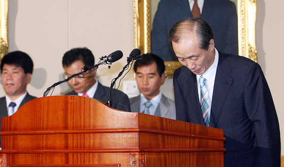 """2006년 '김흥수 게이트'가 터지며 사상 최초로 고위 법관이 구속되자 이용훈 당시 대법원장은 """"송구스러운 마음을 금할 길이 없다""""며 고개를 숙였다."""