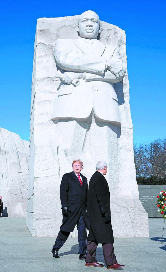 [사진] 트럼프, 마틴 루서 킹 기념비 참배