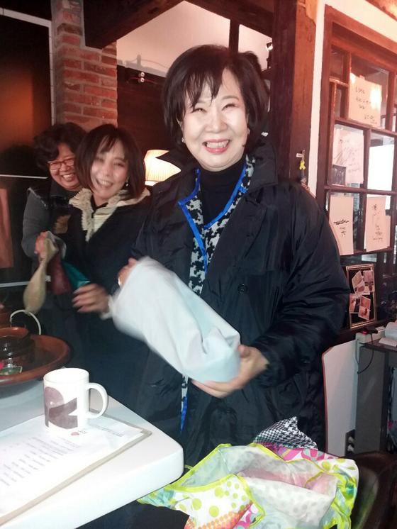 전남 목포 문화재구역 투기 의혹을 받고 있는 손혜원 의원이 23일 오후 목포 '손소영갤러리'를 찾아 컵 등을 건네고 있다. [뉴스1]