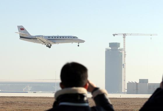 10월 개장을 목표로 건설중인 베이징 신공항에서의 첫 시험비행에 나선 여객기가 22일 오전 활주로에 착륙하려 하고 있다. [베이징=로이터 연합]