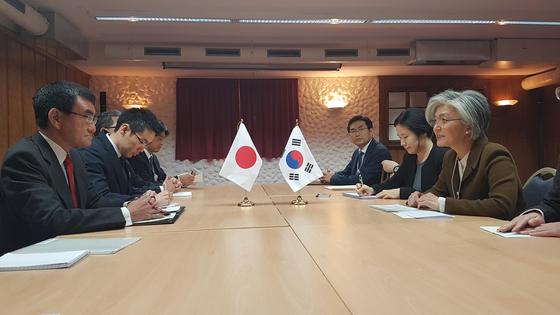 강경화 외교부 장관이 23일(현지시간) 스위스 다보스에서 일본 고노 다로 외무상과 회담하고 있다. [사진 외교부]