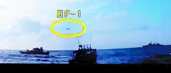 국방부는 4일 해군 광개토대왕함이 일본 해상초계기(P1)에 대해 사격통제 레이더를 조준했다는 일측의 주장을 정면으로 반박하는 영상을 공개했다. 이날 공개된 영상은 4분 26초 짜리로, 일측의 주장을 반박하는 형식으로 구성됐다. 국방부는 영상을 통해 해군이 당시 정상적인 인도적 구조작전을 수행하고 있었다는 점과 일측 초계기(노란선 안)의 저공비행이 상당히 위협적이었다느 점을 강조했다. [사진 국방부 영상 캡쳐]