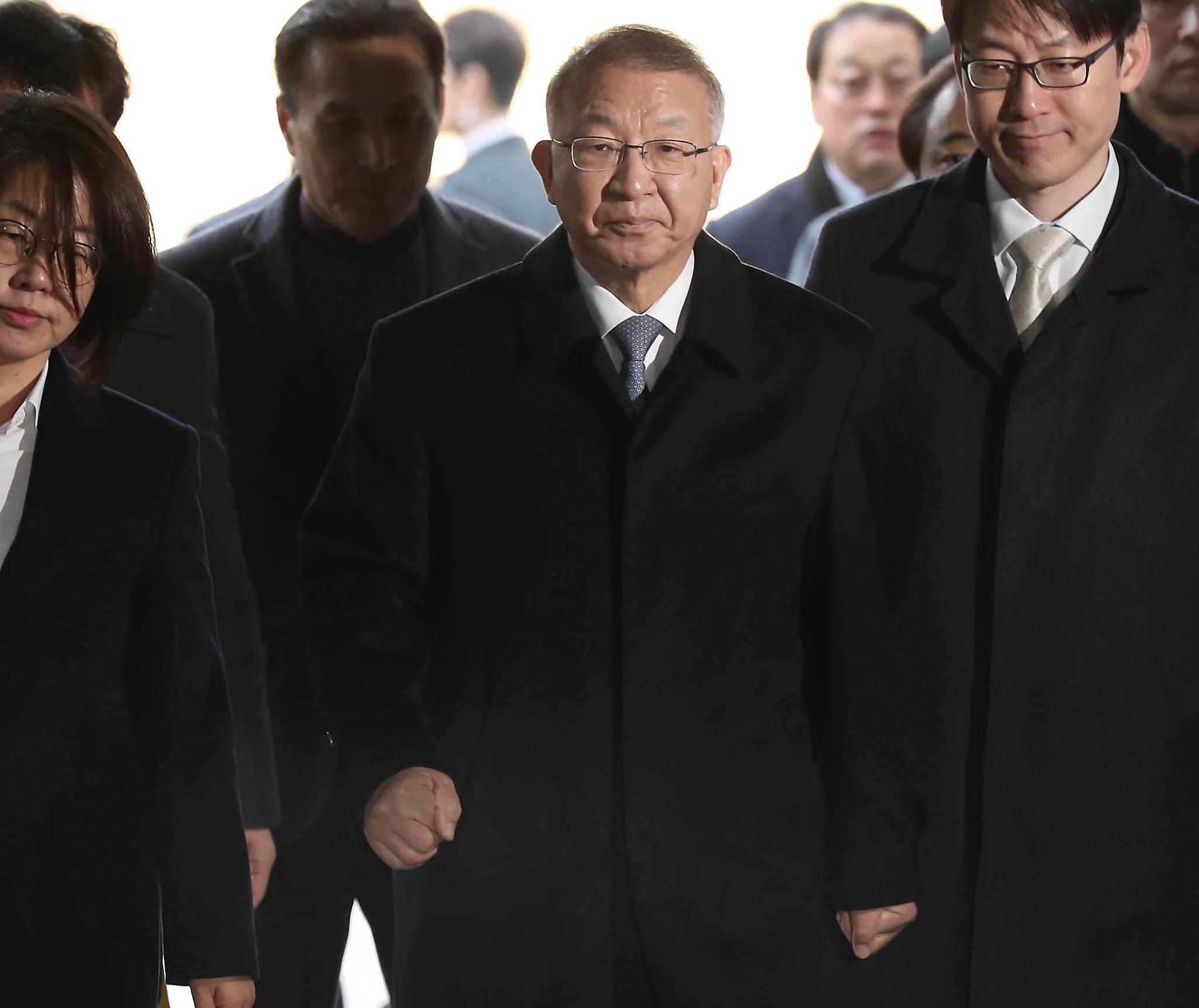 양승태 전 대법원장이 주먹을 불끈 쥐고 23일 오전 서울중앙지법으로 들어오고 있다. 최승식 기자