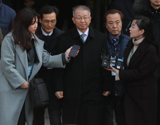 양승태 전 대법원장이 23일 오후 서울중앙지법에서 영장심사를 마치고 검찰차량으로 이동하고 있다. 최승식 기자