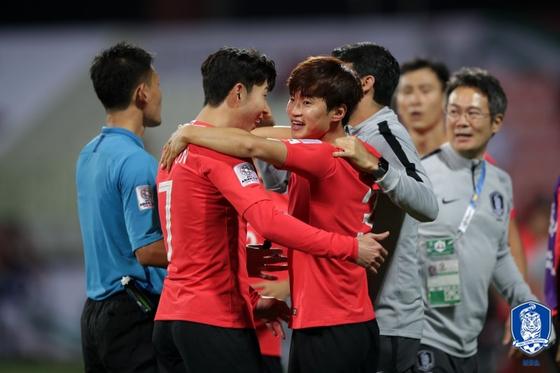 바레인과 아시안컵 16강전에서 골을 넣고 기뻐하는 김진수(가운데). [사진 대한축구협회]