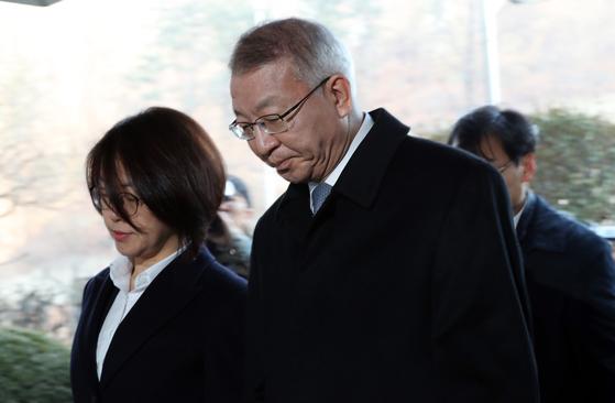 양승태 전 대법원장이 23일 오전 구속 전 피의자 심문을 받기 위해 서울중앙지법으로 들어오고 있다. 우상조 기자