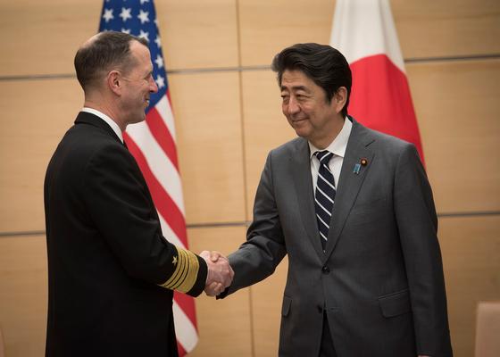 17일 존 리처드슨 미국 해군참모총장(왼쪽)이 일본 아베 신조 총리를 만나 악수하고 있다. [사진 미 해군]