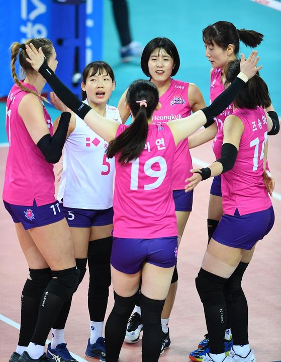 24일 인천 계양체육관에서 열린 KGC인삼공사와 경기에서 득점을 올린 뒤 기뻐하는 흥국생명 선수들. [사진 한국배구연맹]