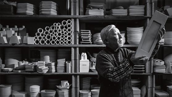 조상권 도자문화재단 이사장이 경기도 이천 작업실에서 도예작품을 만져보고 있다. 그에게 있어서 고려자기의 복원은 민족을 위한 필생의 사명이다.