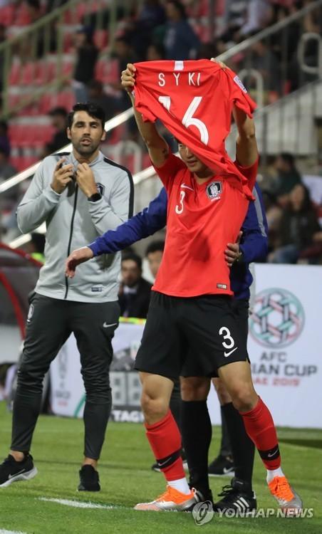 22일 오후(현지시간) 아랍에미리트 두바이 라시드 스타디움에서 열린 2019 아시아축구연맹(AFC) 아시안컵 한국과 바레인의 16강 연장전. 골을 성공시킨 김진수가 기성용의 유니폼을 들어 보이고 있다. [연합뉴스]