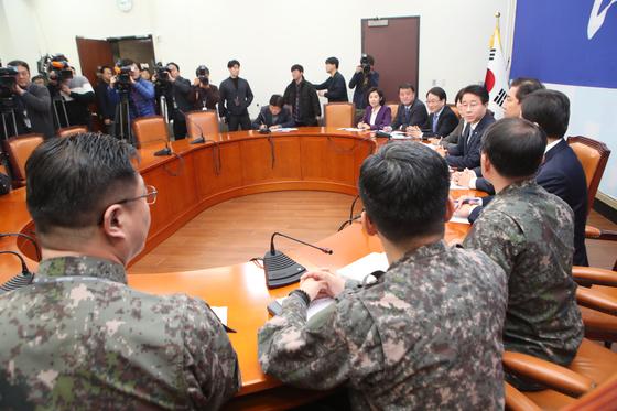 24일 더불어민주당 조정식 정책위의장(태극기 앞)이 국회에서 군 관계자들로부터 일본 초계기 근접 비행 관련 보고를 받고 있다. 오종택 기자