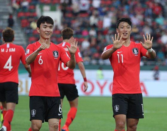 대한민국 축구대표팀 황희찬(오른쪽)이 22일 오후(현지시간) 아랍에미리트연합(UAE) 두바이 라시드 스타디움에서 열린 2019 아시아축구연맹(AFC) 아시안컵 16강 대한민국과 바레인과의 경기에서 선제골을 넣은 후 황인범과 세리머니를 하고 있다. [뉴스1]