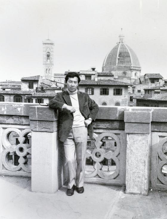 이탈리아 피렌체 두오모성당을 배경으로 젊은 조상권이 서 있다. 1971년 북한에 적을 두고 있을 때다.