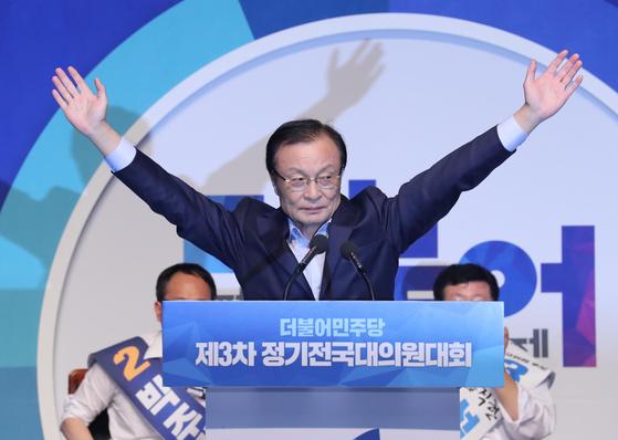 이해찬 의원이 지난 해 8월 더불어민주당 대표에 선출되자 두 손을 번쩍 들어올리고 있다. [연합뉴스]