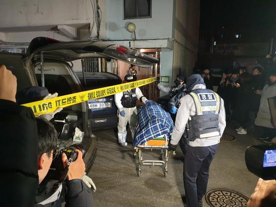 서울 강서구 화곡동의 한 아파트에서 40대 부부와 10대 자녀 2명 등 일가족 4명이 숨진 채 발견돼 경찰이 수사에 나섰다. 이병준 기자