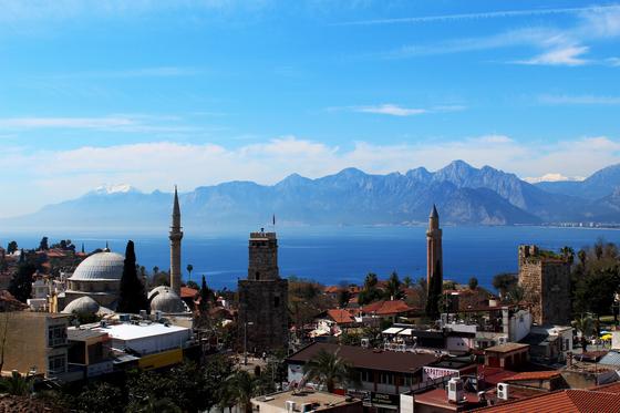 터키 남부 항구도시 안탈리아는 여느 휴양지와 다르다. 고대 그리스·로마부터 비잔틴, 오스만 제국의 유적이 공존하고 해변엔 근사한 리조트가 줄지어 있다. 시계탑과 이슬람 사원이 모여 있는 구도심. [중앙포토]