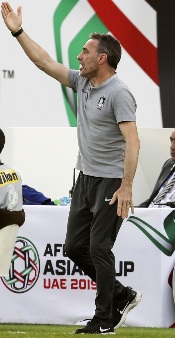 25일 오후(현지시간) 아랍에미리트 아부다비 자예드 스포츠시티 스타디움에서 열린 2019 아시아축구연맹(AFC)아시안컵 대한민국 대 카타르 8강 경기. 대한민국 벤투 감독이 작전 지시를 하고 있다. [연합뉴스]