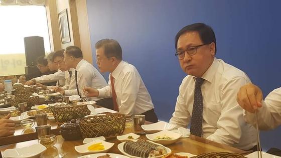 문재인 대통령이 지난 24일 대전시 중구 대흥동 스마일칼국숫집에서 대전지역 경제인과 점심식사를 하고 있다. [독자 제공]