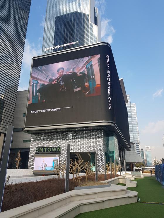 서울 삼성동 SM 타운에 설치된 전광판에선 상업광고와 케이팝 가수의 영상이 나온다. [임선영 기자]