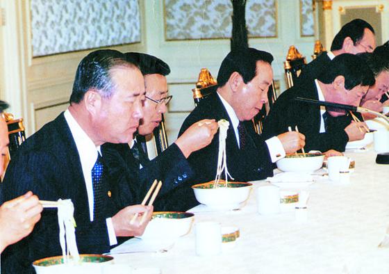 김영삼 전 대통령이 청와대에서 국무위원들과 함께 칼국수를 먹고 있다. [중앙포토]