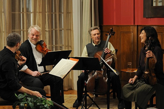 영화 '마지막 4중주'에서 세계적인 현악 4중주단 '푸가'가 결성 25주년 기념 공연을 앞두고 공연 연습을 하고 있다.
