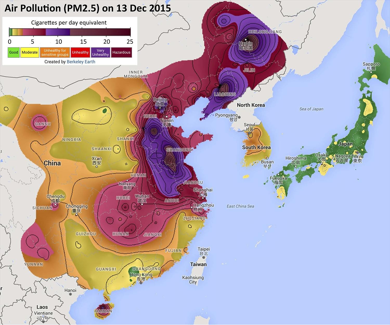 한중일 3국의 초미세먼지 오염도에 해당하는 만큼의 담배 개비 수. 2015년 12월 13일 사례. 지도의 색깔과 왼쪽 위 범례(하루 담배 개수, Cigarettes per day equivalent)를 보면, 일본은 1개비 안팎, 한국은 1~2개비 정도, 중국은 지역에 따라10개비 이상인 곳도 있다. [자료: 버클리 어스]