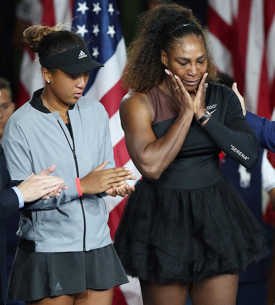 지난해 9월 US오픈 여자단식 시상식에서 우승자 오사카 나오미(왼쪽)와 준우승자 세리나 윌리엄스. [EPA=연합뉴스]