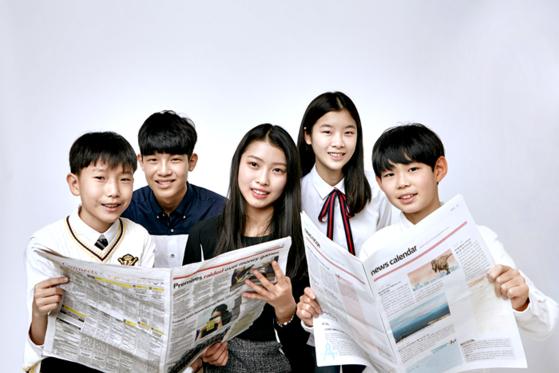 이동우·홍찬희 학생기자, 이현진 학생모델, 김민솔 학생기자, 최찬이 학생모델(왼쪽부터). 10대인 이들은 선호하는 뉴스 플랫폼이 각각 다르다.