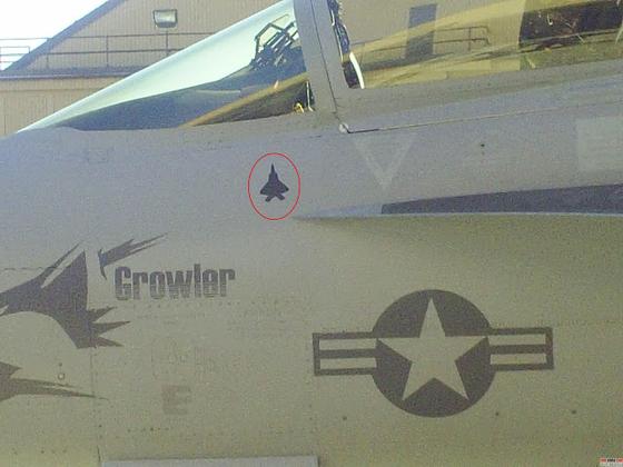 EA-18G 기체에 그려진 F-22 킬마크. [사진 snafu-solomon.com]