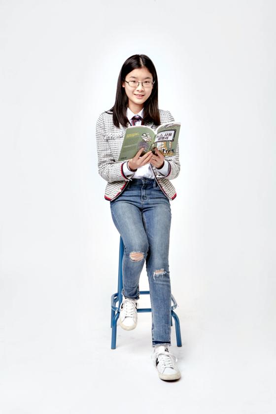 김민솔 학생기자는 아침 식사 시간에 신문을 읽는다. 공부에 전념하느라 스마트폰을 잘 이용하지 않아 종이신문에 더 익숙해졌다.