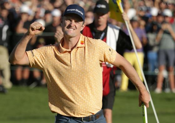 저스틴 로즈가 28일 열린 PGA 투어 파머스 인슈어런스 최종 라운드 18번 홀에서 우승을 확정짓는 퍼트를 성공한 뒤 환호하고 있다. [AFP=연합뉴스]