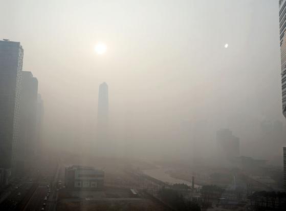 지난 14일 미세먼지 비상저감조치가 발효된 가운데 인천시 송도의 한 거리가 미세먼지로 인해 건물이 보이지 않을 정도로 뿌옇다. [뉴스1]