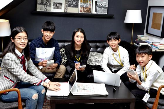 어떤 방법으로 뉴스를 접하는지 토의한 김민솔·홍찬희 학생기자, 이현진·최찬이 학생모델, 이동우 학생기자(왼쪽부터).