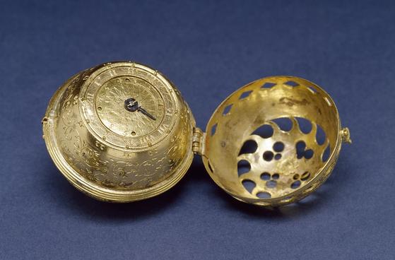 5 1530년경에 제작된 휴대용 시계. 시계 판을 자세히 보면 가운데 검은 바늘이 안쪽 원으로는 별자리를, 바깥쪽 원으로는 시간을 가리키고 있음을 알 수 있다.