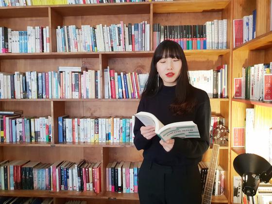 북튜버 김겨울(김지혜 씨). 그는 지난 2018년 1월 종이책을 읽는 즐거움에 대한 책을 펴냈다.