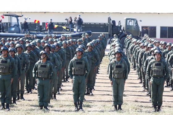 베네수엘리 군인들이 27일(현지시간) 니콜라스 마두로 대통령의 연설을 듣고 있다. [EPA=연합뉴스]